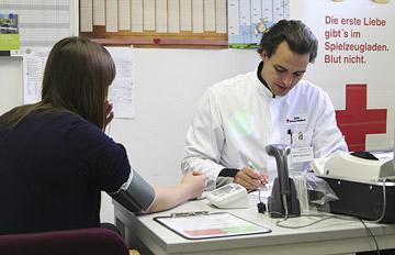 Foto: Ein Arzt und Spenderin bei der Anamnese vor einer  Blutspende.